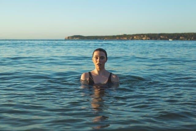 femme avec maillot de bain taille haute