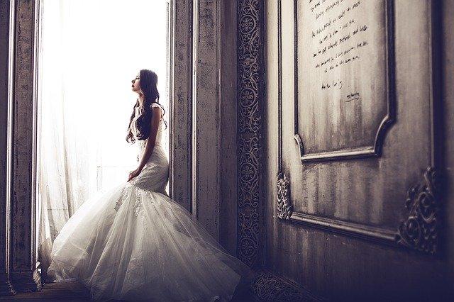mariée qui réfléchit à son témoin de mariage