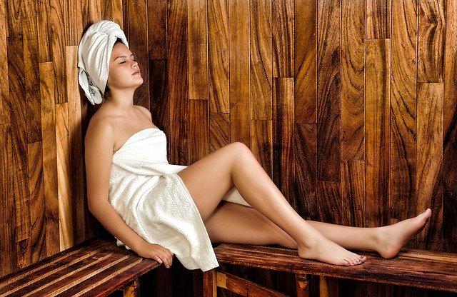 femme qui fait un sauna facial