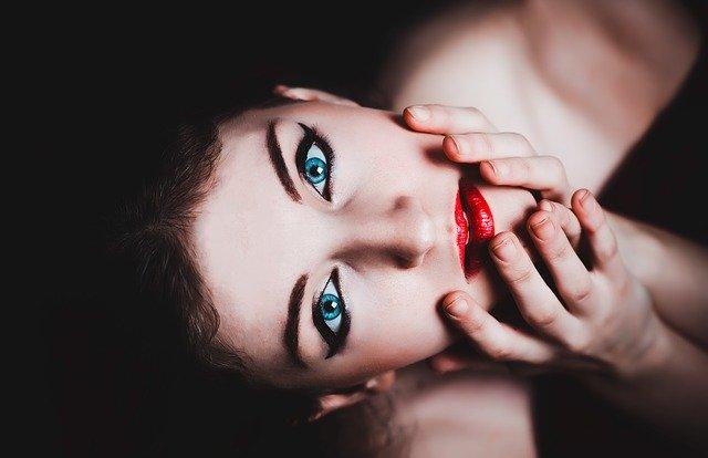 femme avec rouge à lèvre