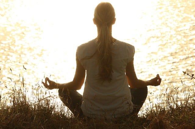 personne zen qui médite