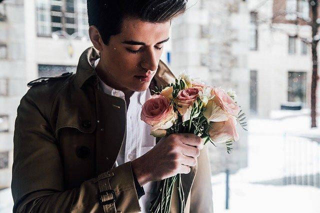 homme qui offre des fleurs