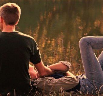 couple enlacé dans la forêt