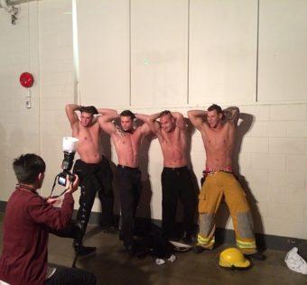 des strip teaseurs faisant une photo