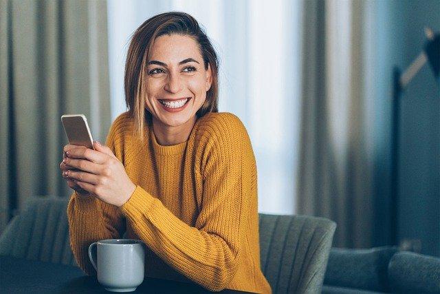 femme sur un site de rencontre avec son téléphone
